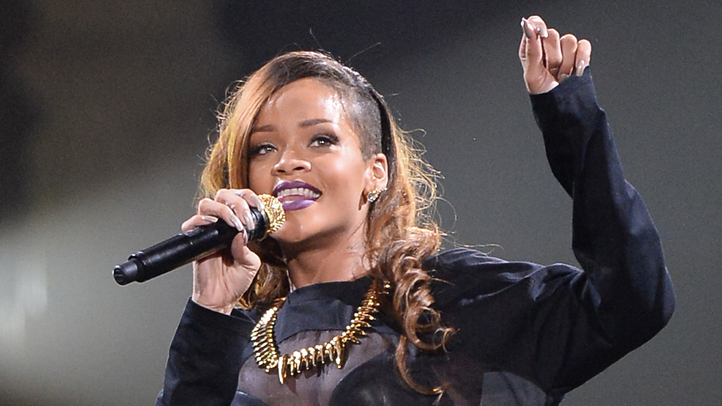 165995291JM061_Rihanna_And_