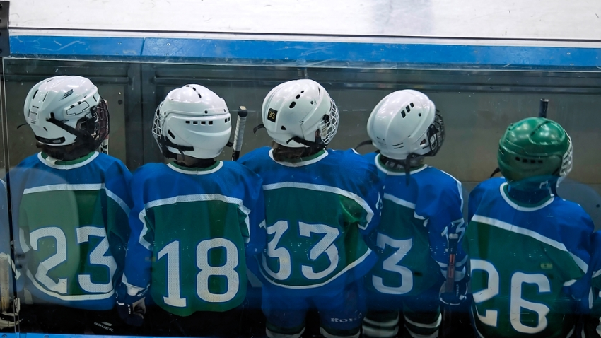 Kids playing ice hockey mites