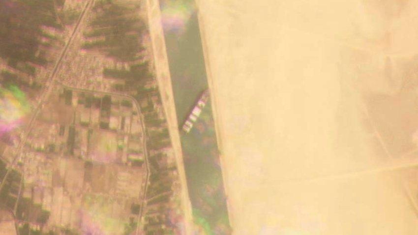 Un porte conteneur échoué en travers du canal de Suez Egypt-Suez-Canal-Block