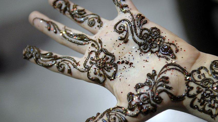 henna on child hand eid