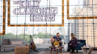 (l-r) Chris Martin, Kelly Clarkson.