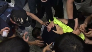 [NATL] Pro-Democracy Protesters Detain Two Men in 2nd Day of Clashes in Hong Kong Airport