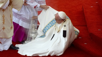 Pope Francis Falls Down Before Mass in Poland