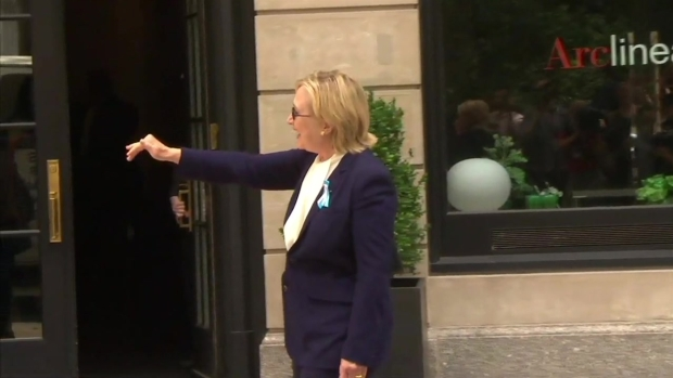 [NATL-NY] Clinton Walks From Daughter's New York Apartment