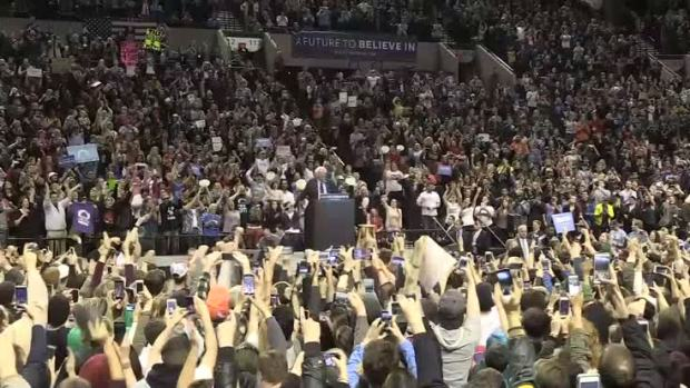 [NATL] WATCH: A Bird Landed on Bernie Sanders' Podium in Portland and Everybody Went Nuts