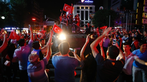 [NATL] Tanks, Protesters Take to Streets During Attempted Coup in Turkey