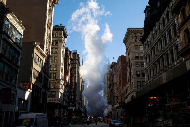[NATL] Top News Photos: Steam From Pipe Explosion Engulfs NYC Block