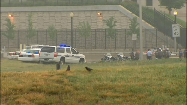 [DC] Raw Video: Police Probe Suspicious Vehicle Near Pentagon