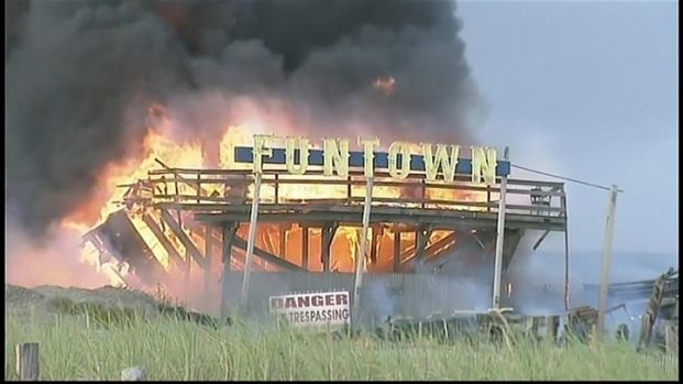 [PHI] RAW: Part of Funtown Pier Collapses During Fire