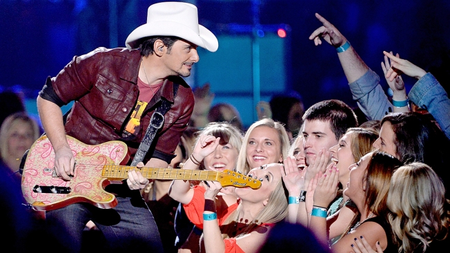 Brad Paisley Surprises High School Graduates in Illinois