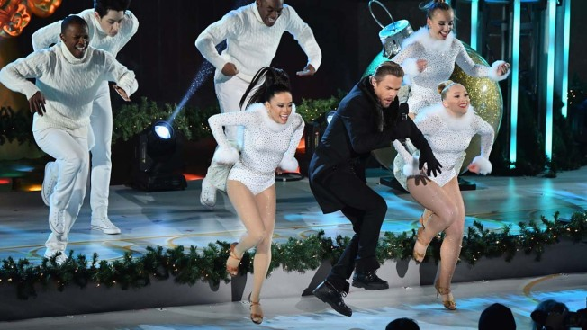 [NATL] Top Entertainment Photos: Stars Shine at Rockefeller Tree Lighting, More