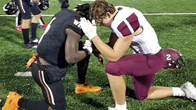 High School Football Player Prays With Rival Whose Mom Has Cancer