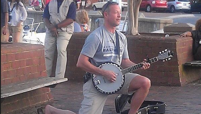 Gov. O'Malley Plays Banjo on Annapolis Street