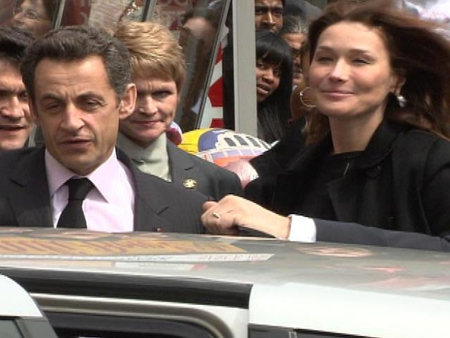 French President Nicolas Sarkozy and his ex-supermodel wife Carla Bruni-Sarkozy attract a crowd to Ben's Chili Bowl.