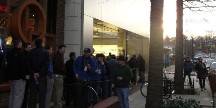 Hundreds Line Up in Bethesda for iPad 2